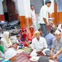 पहले खिलाते थे गोश्त अब पूड़ी सब्जी खिलाकर मनाते है ईद